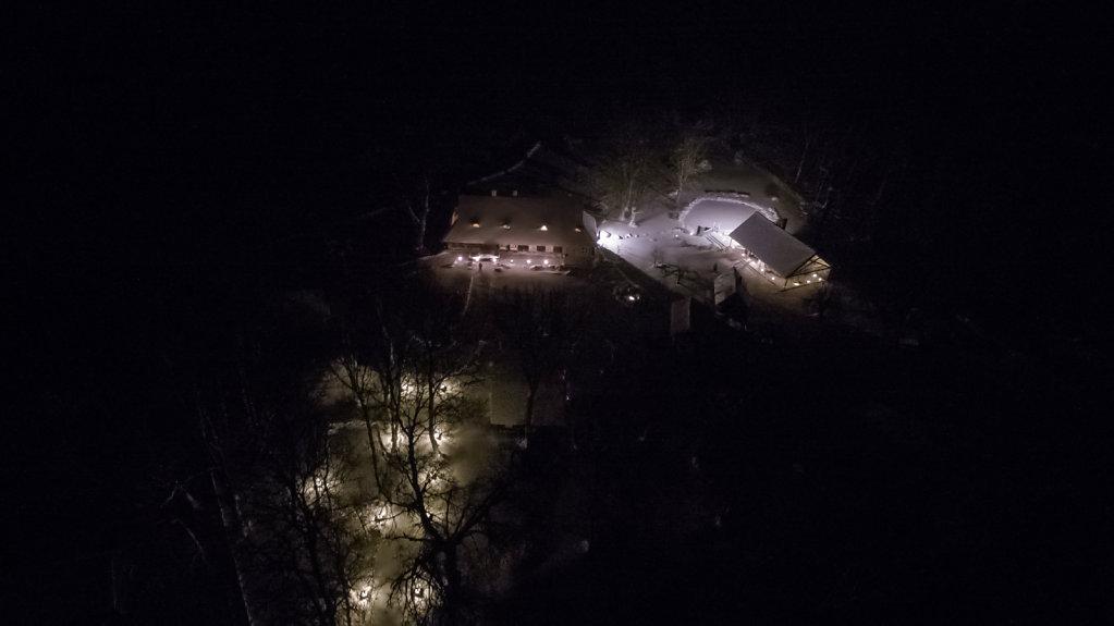Kaigu talu öösel lumetormis